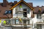 Ouvriers rénovent une façade