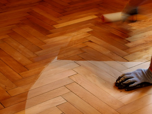 Vernissage d'un parquet en bois