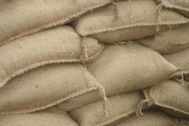 Des sacs de sable pour éviter les innondations