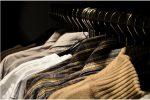 Chemises et pulls d'homme dans un dressing
