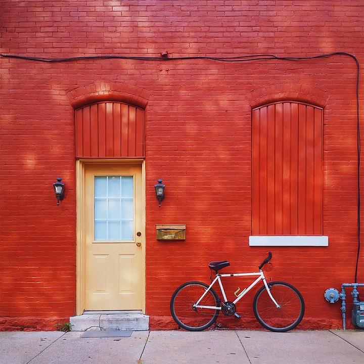 porte rouge - atelier de l'habitat