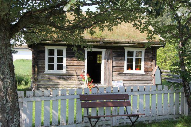 Photo d'une maison en bois, toit végétal, fenêtres blanches
