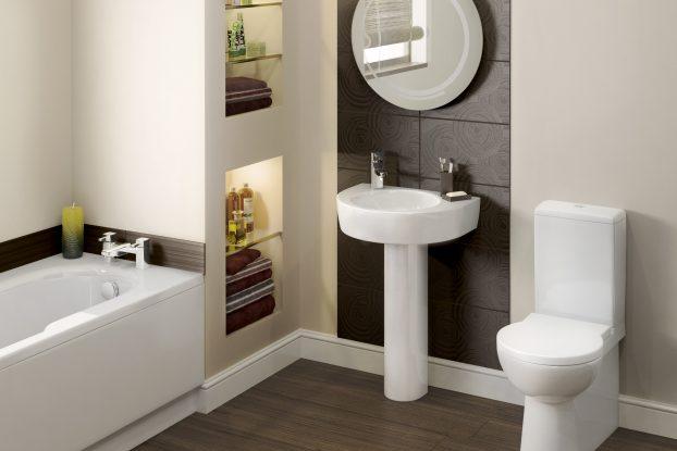 Une petite salle de bain avec une étagère encastrée