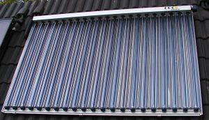 Des capteurs solaires posés sur une toiture pentue