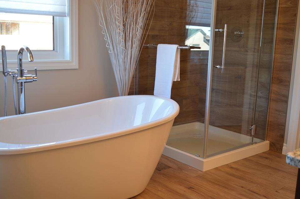 Une salle de bain avec du parquet
