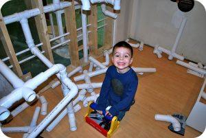 Un enfant s'initiant à la plomberie
