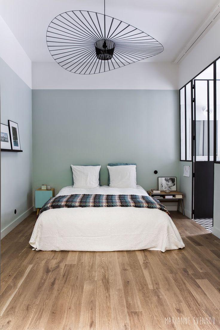chambre mur coloré et toit blanc